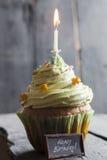 Testo e dolce di buon compleanno con una candela, stile d'annata Immagine Stock Libera da Diritti