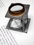 Testo e lente di ingrandimento Fotografie Stock