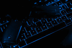 Testo e pistola di parola d'ordine sui bottoni illuminati del keybo Fotografie Stock