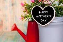 Testo felice di giorno di madri su cuore fotografia stock