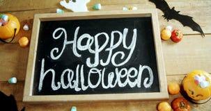 Testo felice di Halloween scritto su un'ardesia 4k archivi video