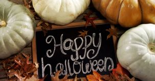 Testo felice di Halloween scritto sull'ardesia con la zucca 4k stock footage