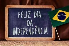 Testo Feliz Dia da Independencia e bandiera brasiliana Fotografie Stock