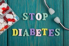 Testo & x22; FERMI Diabetes& x22; delle lettere, dello stetoscopio e delle pillole di legno colorati immagini stock libere da diritti