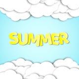 Testo giallo di carta con l'estate di nome Nuvole di carta nel cielo blu Fondo di estate Illustrazione di vettore in uno stile pi Fotografie Stock Libere da Diritti