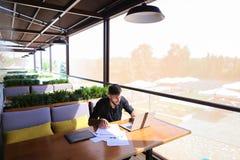 Testo indipendente di riscrittura del copywriter sul computer portatile alla tavola del caffè immagine stock libera da diritti