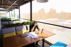 Testo indipendente di riscrittura del copywriter sul computer portatile alla tavola del caffè fotografie stock libere da diritti