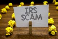 Testo Irs Scam di scrittura di parola Concetto di affari per i contribuenti mirati a fingendo di essere tenuta h della molletta d fotografia stock