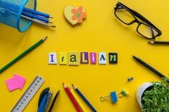 Testo italiano sul posto di lavoro giallo dell'ufficio Concetto di lezione di lingua Immagine Stock Libera da Diritti