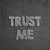 Testo & x22; Me& x22 di fiducia; scritto su una lavagna immagine stock libera da diritti