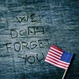Testo non dimentichiamo voi e la bandiera degli Stati Uniti Immagine Stock