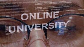 Testo online dell'università su fondo di sviluppatore femminile video d archivio