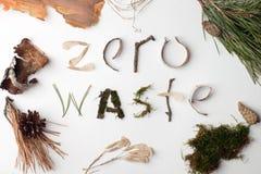 Testo organico naturale residuo zero dai deteails della foresta su fondo bianco, ecologico, iscrizione di ecologia, idea creativa immagini stock