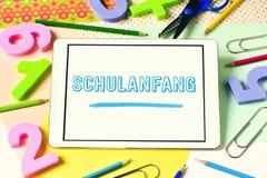 Testo Schulanfang, di nuovo alla scuola in tedesco Immagini Stock
