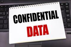 Testo scritto a mano che mostra i dati confidenziali Scrittura di concetto di affari per la protezione segreta scritta sulla cart Immagine Stock Libera da Diritti
