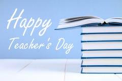 Testo su carta: Il giorno dell'insegnante felice Rifornimenti di scuola, ufficio, libri, mela Immagini Stock