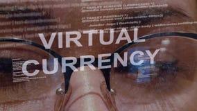 Testo virtuale di valuta su fondo di sviluppatore femminile stock footage