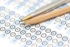 Testpoäng för svarsark med blyertspennan Arkivbild