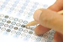 Testpoäng för svarsark med blyertspennan Arkivbilder