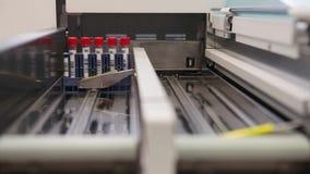Tests im modernen medizinischen Labor III stock footage
