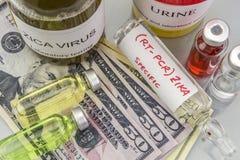 Tests voor Onderzoek van de test en de flesjes van ZIKA naar kaartjes van dollar royalty-vrije stock foto