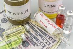 Tests voor Onderzoek van de test en de flesjes van ZIKA naar kaartjes van dollar stock afbeeldingen