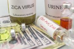 Tests voor Onderzoek van de test en de flesjes van ZIKA naar kaartjes van dollar stock afbeelding