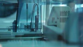 Testy w nowożytnym medycznym laboratorium III zdjęcie wideo