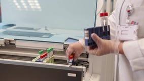 Testy w nowożytnym medycznym laboratorium Ja zdjęcie wideo