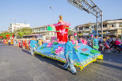 Въетнамские люди в драконе танцуют труппы на торжестве Нового Года Tet около пагоды Thien Hau ба Стоковые Изображения RF