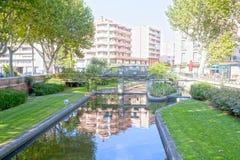 Tet rzeka i odbicie niektóre budynki w Perpignan, Fra fotografia stock