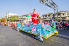 在龙舞蹈马戏团的京族在Tet在Ba Thien Hau塔附近的新年庆祝 免版税库存图片