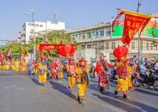 在龙舞蹈马戏团的京族在Tet在Ba Thien Hau塔附近的新年庆祝 免版税库存照片