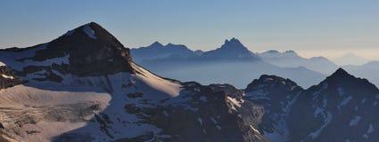 Tete Ronde och bucklor du Midi, höga berg royaltyfri foto