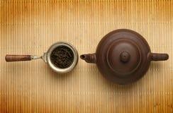 Tetera antigua y una cucharada con té fotografía de archivo