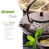 Tetera asiática con la selección del té verde Imágenes de archivo libres de regalías