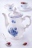 Tetera blanca azul de la porcelana imagen de archivo libre de regalías