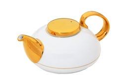 Tetera blanca con el oro y la manija de cerámica aislados en blanco con imagen de archivo