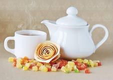 Tetera blanca y una taza de té. Imágenes de archivo libres de regalías