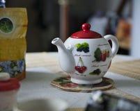 Tetera brillante para el té en la tabla Foto de archivo