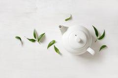 Tetera con el té, visión desde arriba Imágenes de archivo libres de regalías