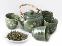 Tetera con las tazas y el té verde Fotos de archivo libres de regalías