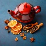 Tetera con té seco fotos de archivo