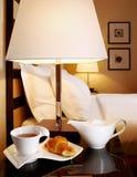 Tetera con una taza de té imagenes de archivo