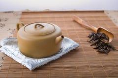 Tetera, cuchara y hojas de té chinas Imágenes de archivo libres de regalías