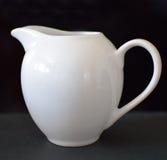 Tetera de cerámica blanca Imágenes de archivo libres de regalías