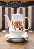 Tetera de cerámica blanca del vintage Imagenes de archivo