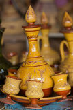 Tetera de cerámica marroquí con su taza Fotografía de archivo libre de regalías