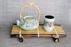 Tetera de cerámica y taza del estilo japonés fotografía de archivo