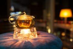 Tetera de cristal con el calentador de la vela; Fotografía de archivo